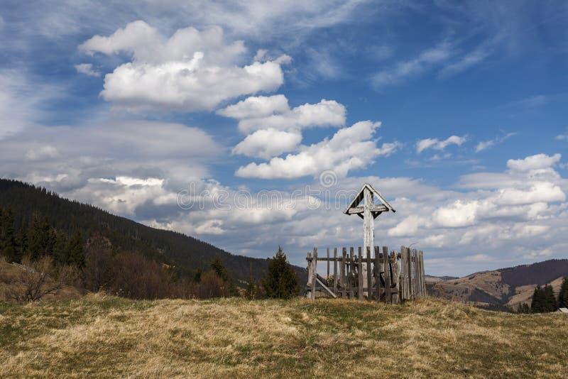Распятие на деревянном кресте в горе Apuseni, Трансильвании, Ro стоковое фото