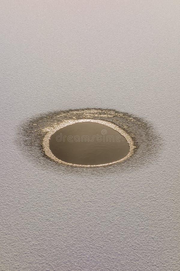 Download Расплавленная лужица воды в замороженном озере Стоковое Изображение - изображение насчитывающей поверхность, естественно: 81815033