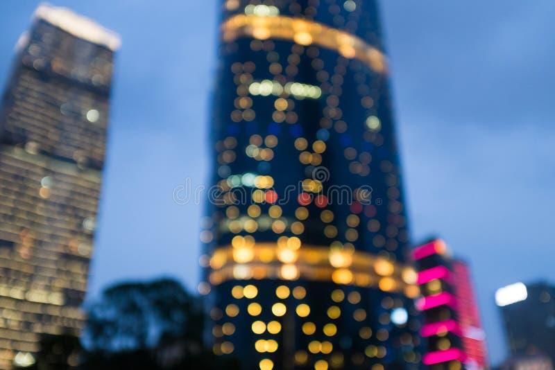 Расплывчатая абстрактная предпосылка города на ноче стоковое фото