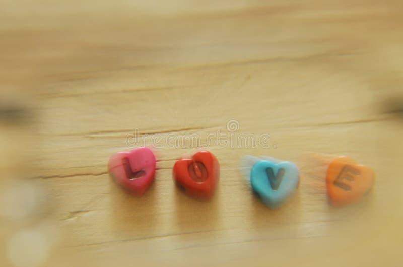 Расплывчатое любовное письмо с формой сердца методами сигнала смотря через eyeglass стоковые фото