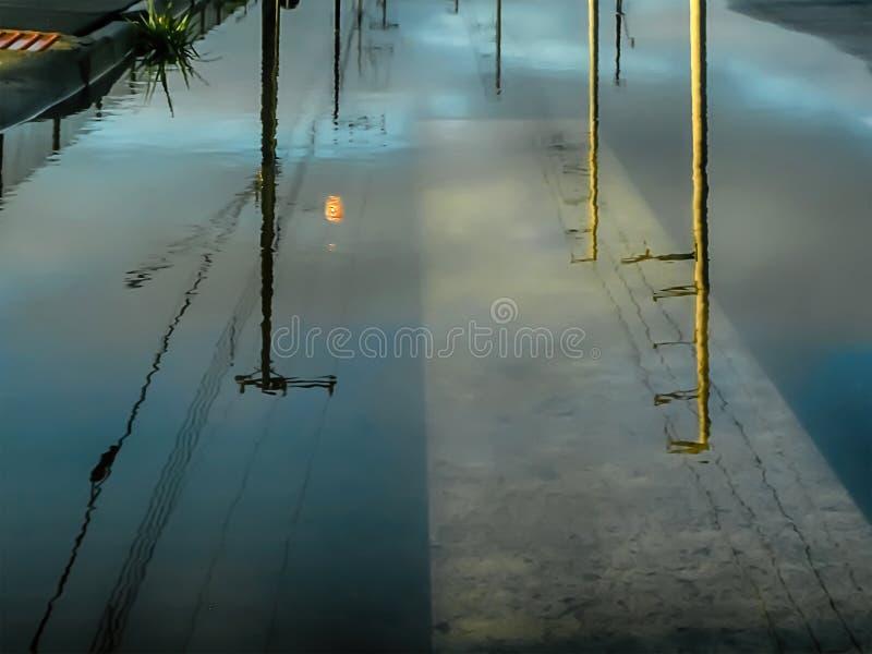 Рассветать в городе озером стоковые изображения