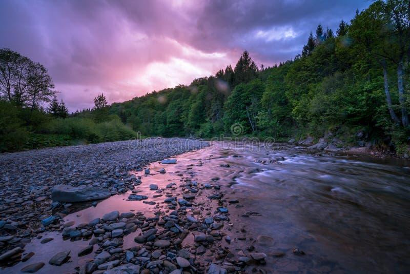 Рассветать на реке горы стоковые изображения