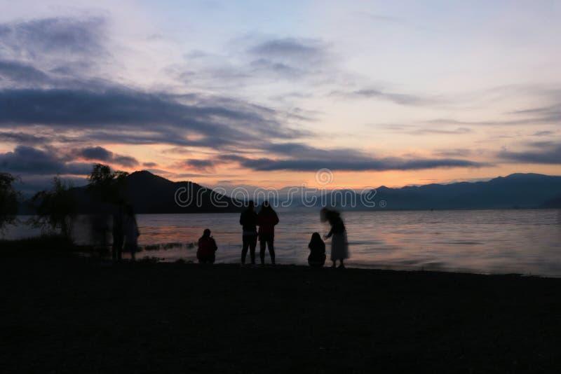 Рассветы утра на озере lugu стоковая фотография