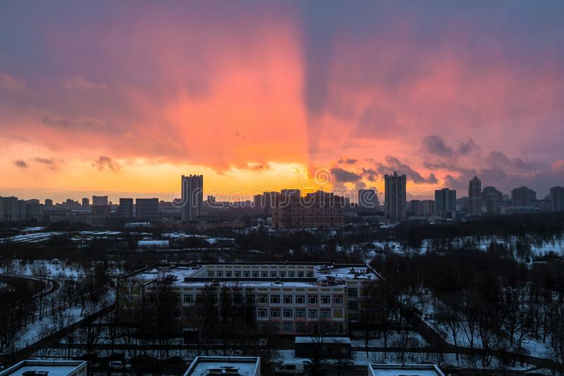 Рассвет зимы пламенистый над городом Панорамный взгляд современного жилого района и восхитительного неба на заднем плане стоковые изображения