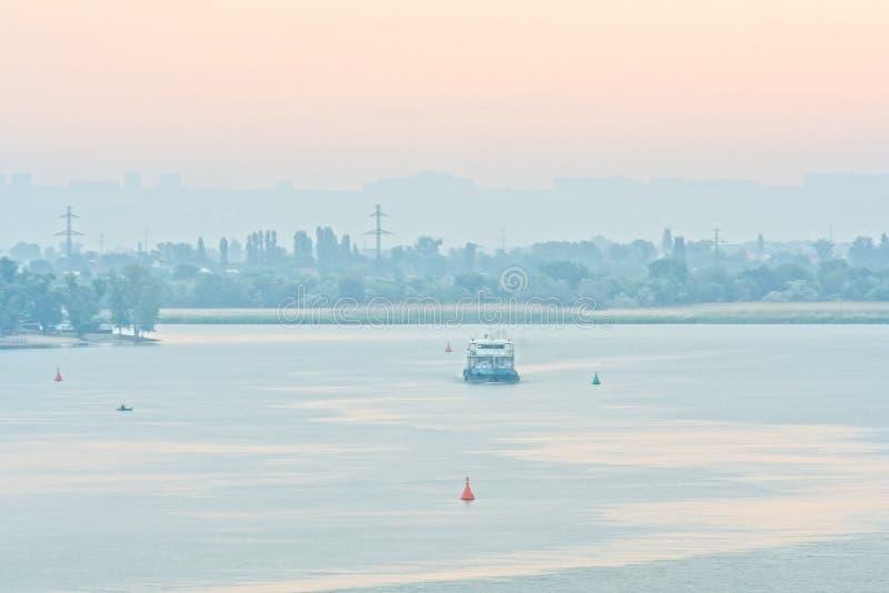 Рассвет над горизонтом реки и города стоковое фото