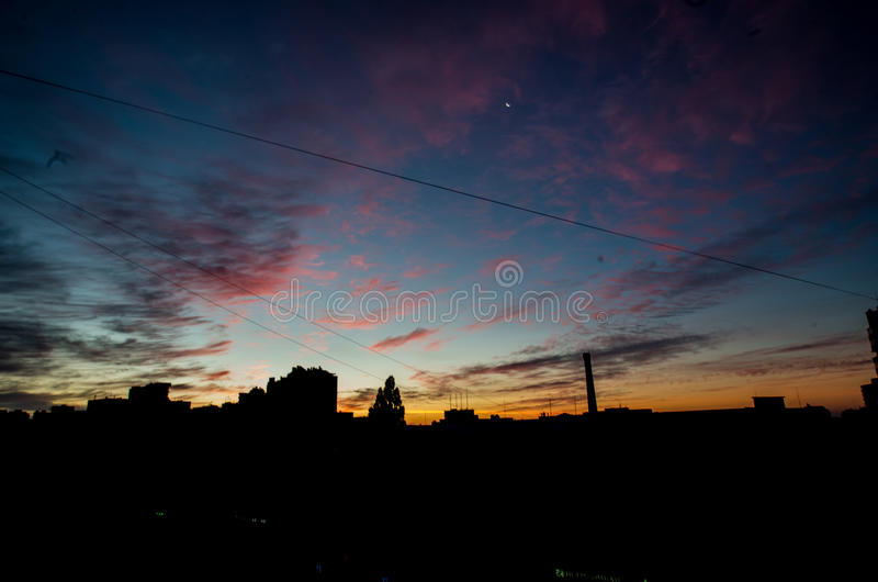 Рассвет над городом стоковые изображения rf