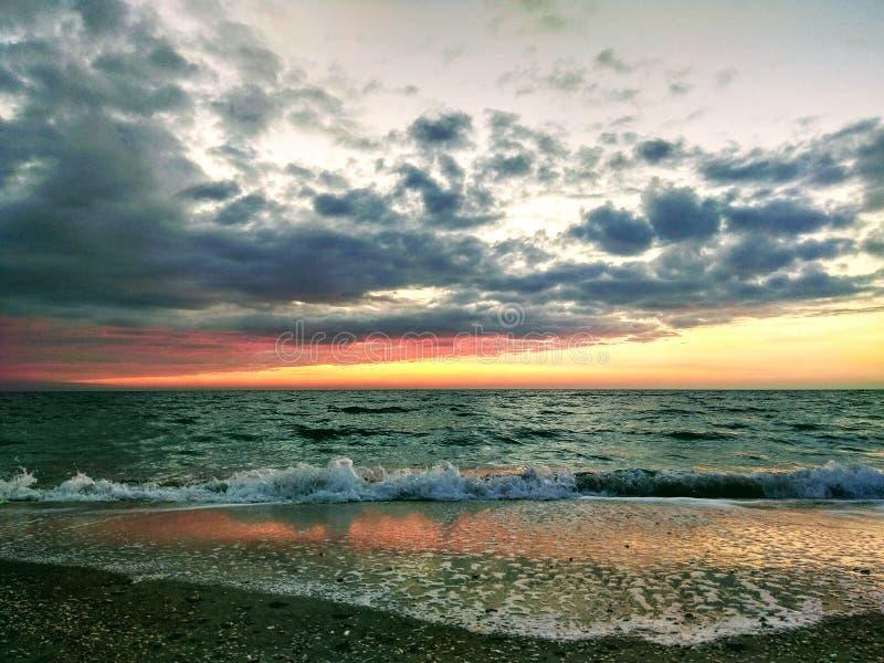 Рассвет на море, оно ` s красивое визирование стоковое изображение