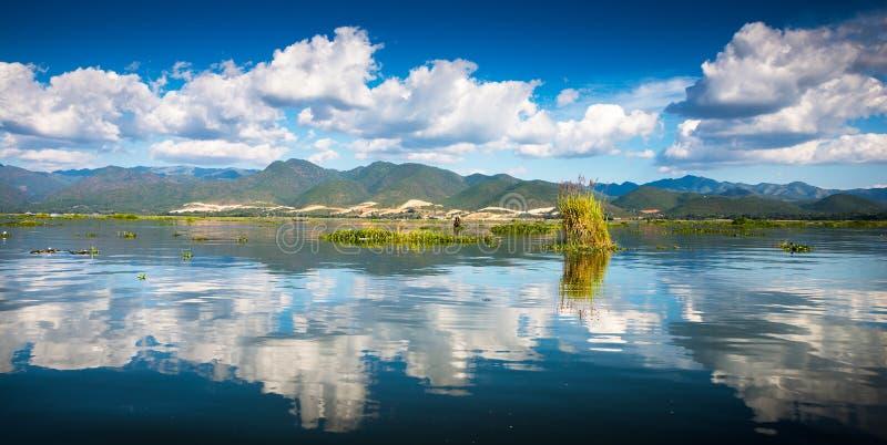 Download Рассвет на озере Inle стоковое фото. изображение насчитывающей бирма - 41660938