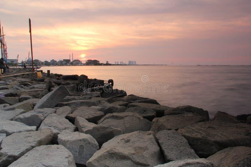 Рассвет на пляже Ancol стоковые фото