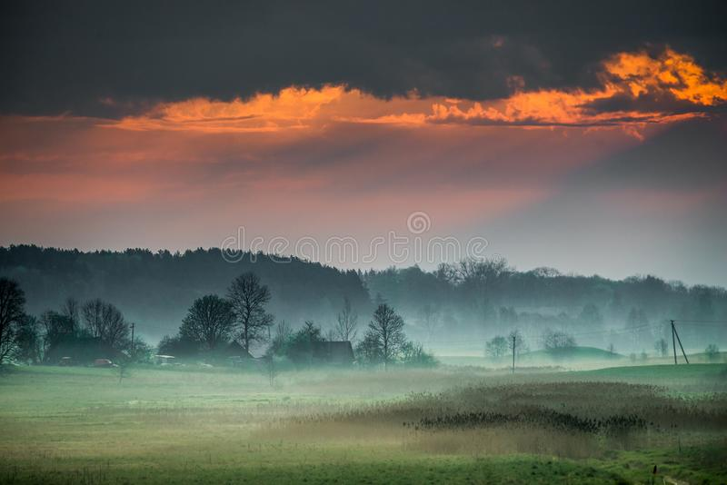 Рассвет на туманном сельском ландшафте стоковое изображение rf