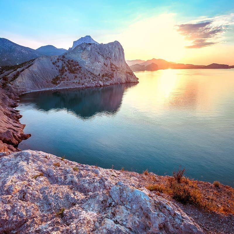 Рассвет на Чёрном море Seascape утра с горами Крым стоковые изображения rf