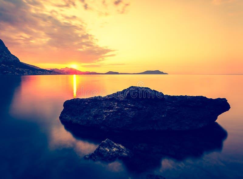 Рассвет на Чёрном море Seascape утра с горами Крым стоковое фото rf