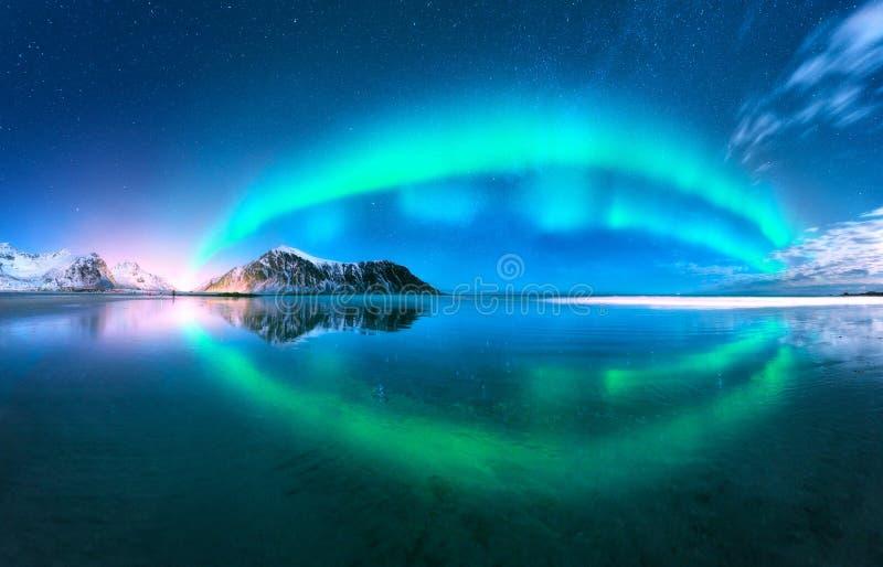 Рассвет отраженный в воде абстрактная предпосылка освещает северный вектор Норвегия стоковое изображение rf