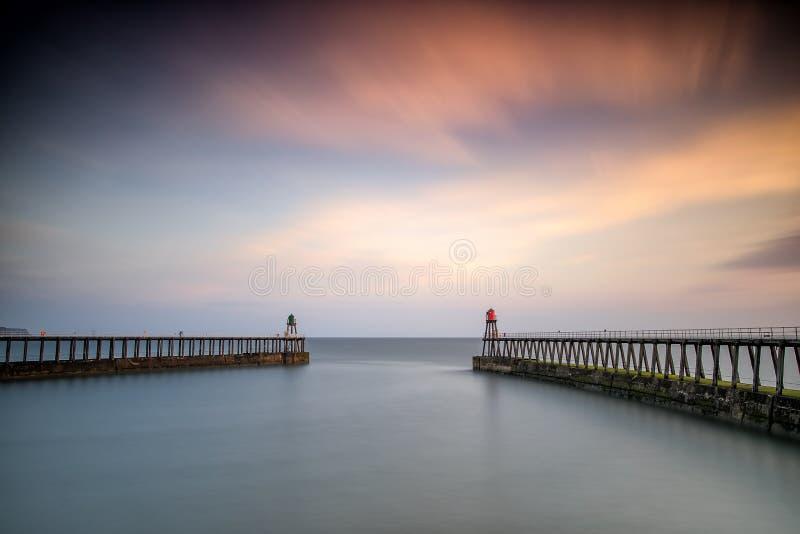 Рассвет, пристани гавани Whitby, Йоркшир Великобритания стоковое изображение rf