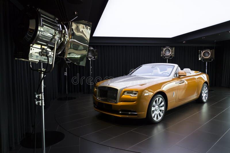 Рассвет Rolls Royce стоит в выставочном зале на фабрике автомобиля Goodwood стоковые изображения