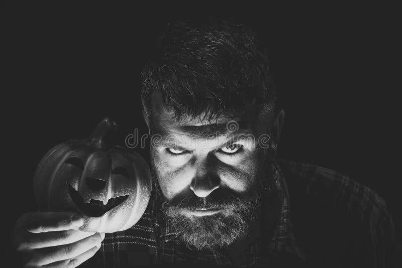 Рассказы ужаса вечера Битник хеллоуина с светом на бородатой стороне в темноте стоковое фото