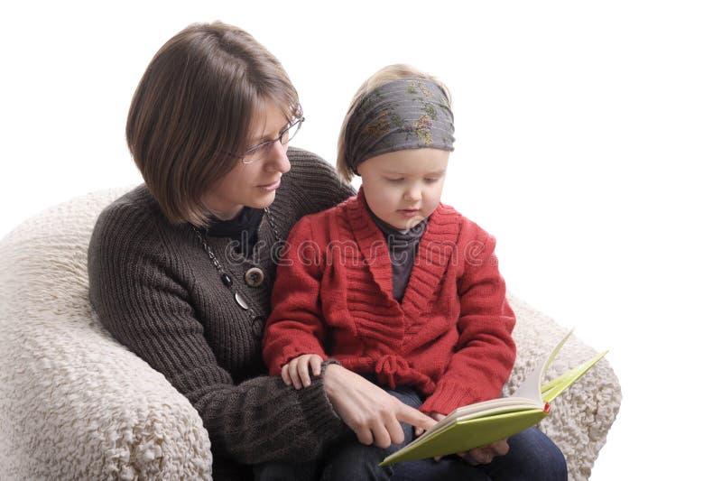 рассказ чтения мати девушки маленький стоковые фото