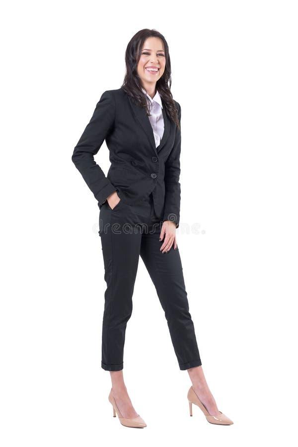 Расслабленная беспристрастная бизнес-леди смеясь heartily с закрытыми глазами стоковые фотографии rf