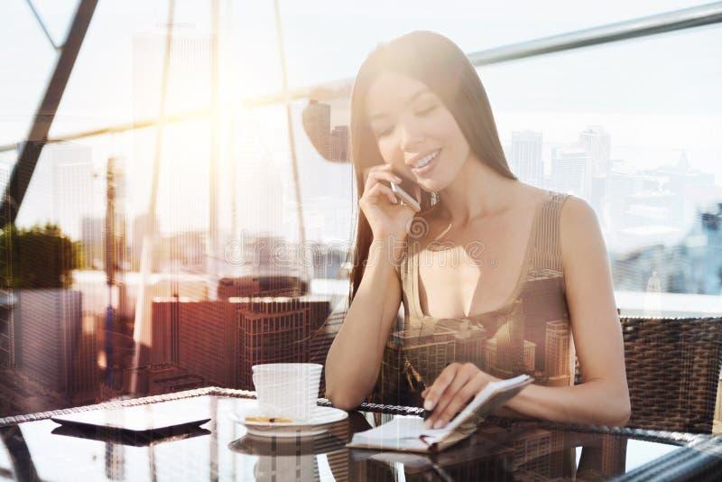 Расслабленная девушка тратя свободное время в кафе стоковое фото rf
