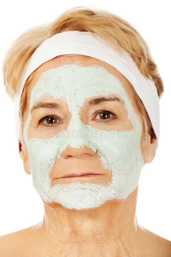 Расслабленная пожилая женщина в лицевой маске стоковые фото