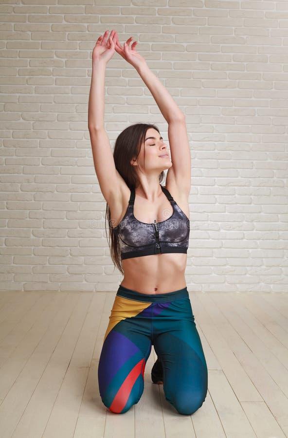 Расслабленная протягивая женщина отдыхая делающ тренировку фитнеса стоковое фото rf