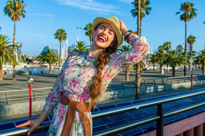 Расслабленная ультрамодная женщина в Барселоне, Испании имея время потехи стоковые изображения rf