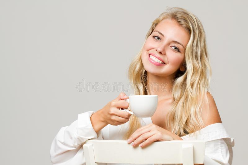 Расслабленное белокурое имеющ кофе стоковое фото rf