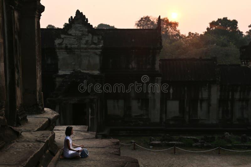 Расслабленное раздумье на восходе солнца в древних храмах стоковое изображение