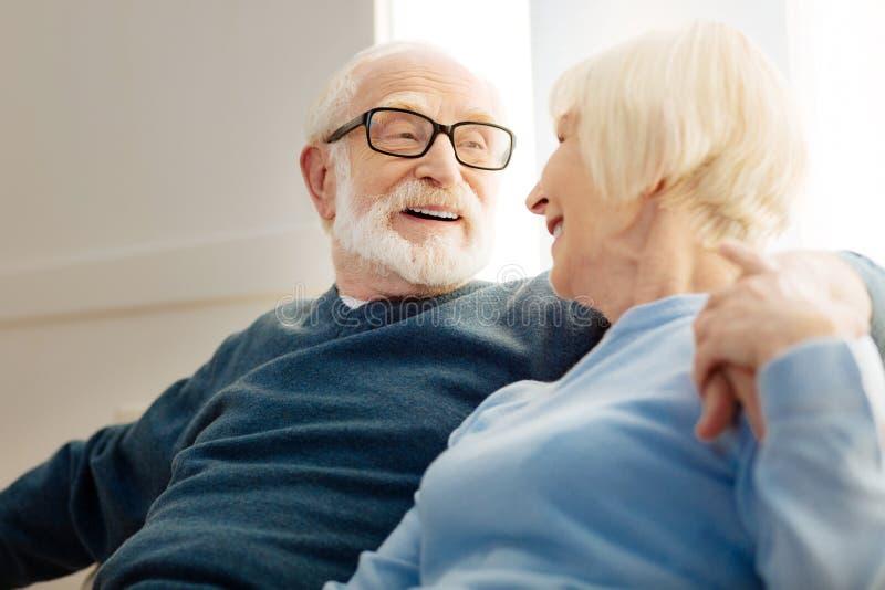 Расслабленное старые люди смотря один другого стоковые фото