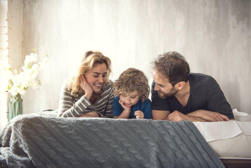 Расслабленные родители и ребенок расслабляющие внутри помещения стоковая фотография rf