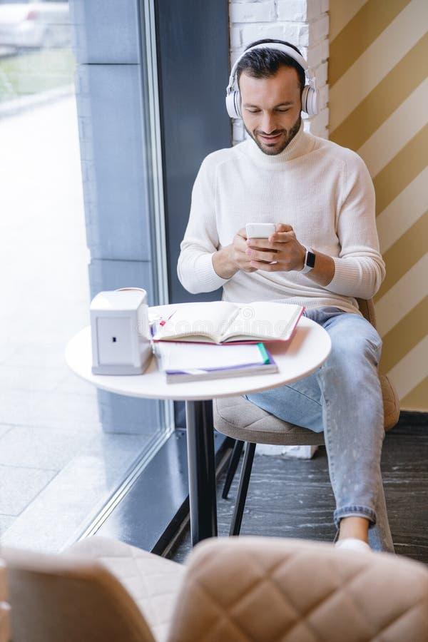 Расслабленный молодой человек слушает свою любимую музыку стоковые фото