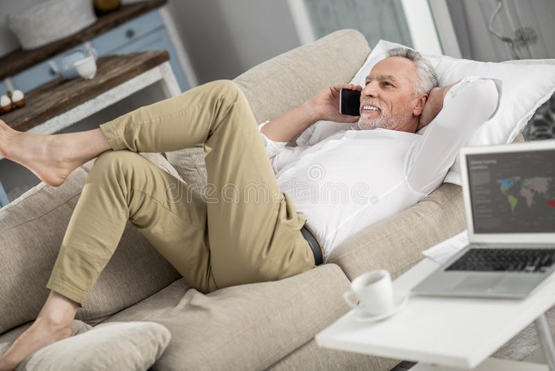 Расслабленный старший человек лежа на его неудаче стоковые фото