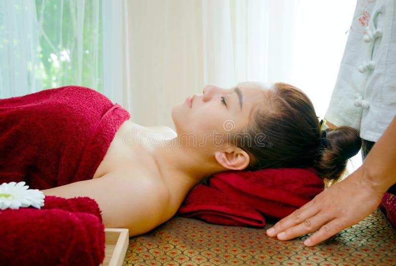 расслабляющая женщина получая массаж курорта стоковые изображения rf