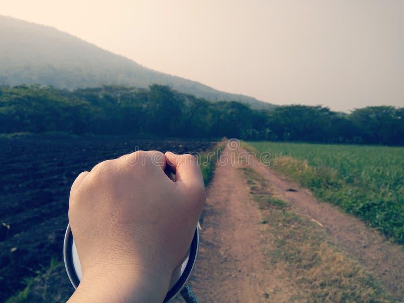 расслабляющая природа горы мотоцикла руки стоковая фотография rf