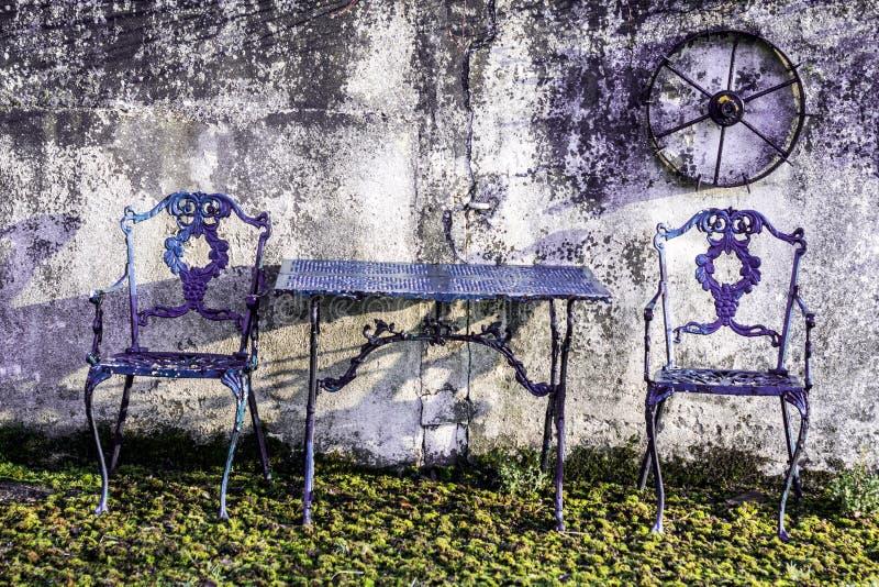 Расслабляющие посадочные места в саде стоковая фотография