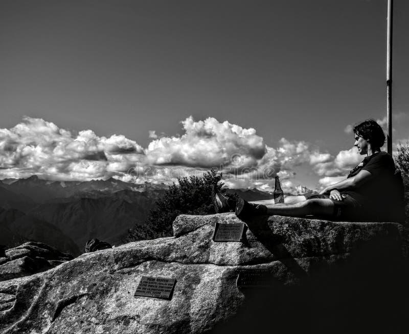 Расслабляющий момент на верхней части горы Briasco помещенной в northem Италии стоковая фотография