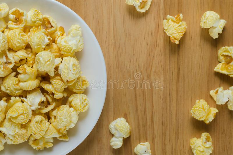 Расслоина попкорна карамельки из керамической плиты стоковая фотография rf