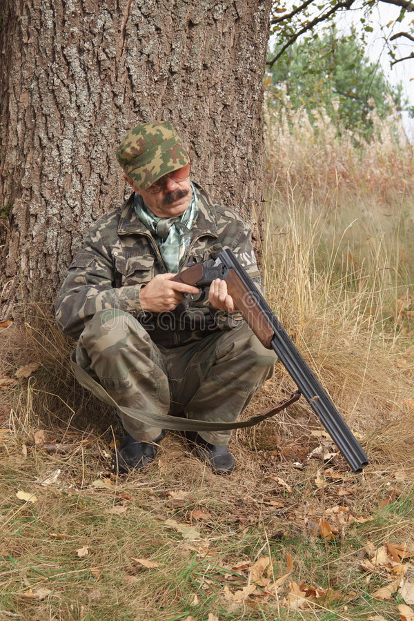 рассматривает охотник пушки стоковое изображение rf
