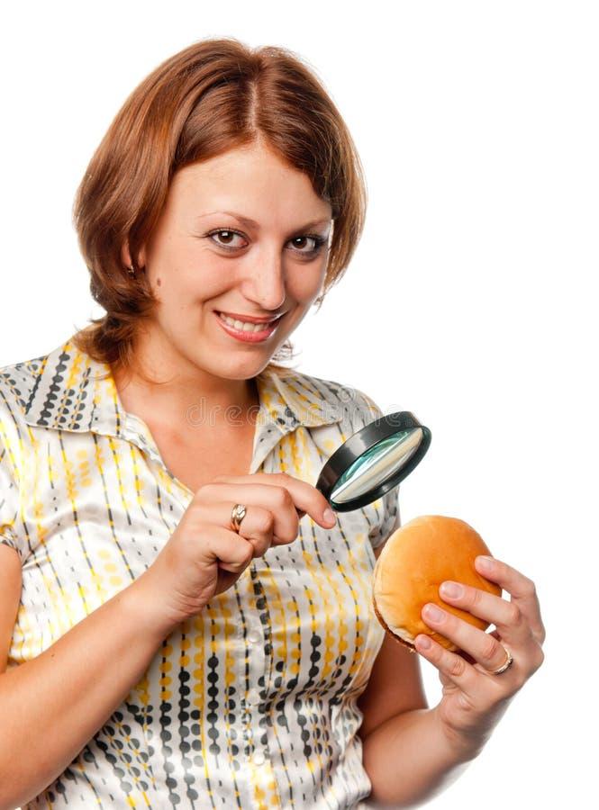 рассматривает усмехаться гамбургера девушки стоковое изображение rf