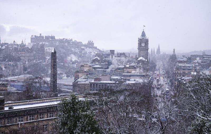 Рассматривать город Эдинбурга во время падения снега стоковые изображения rf