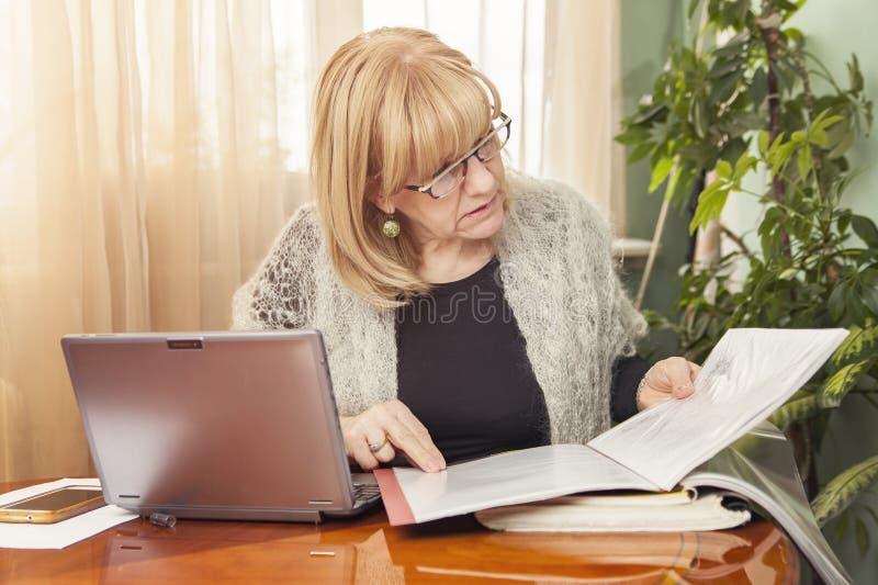 Рассматривать документы и отчеты стоковое изображение
