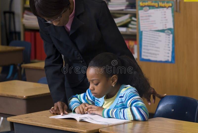 рассматривать учитель студента плеча стоковая фотография rf