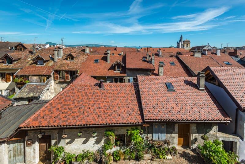 Рассматривающ вне крыши Анси, Франция стоковое фото rf