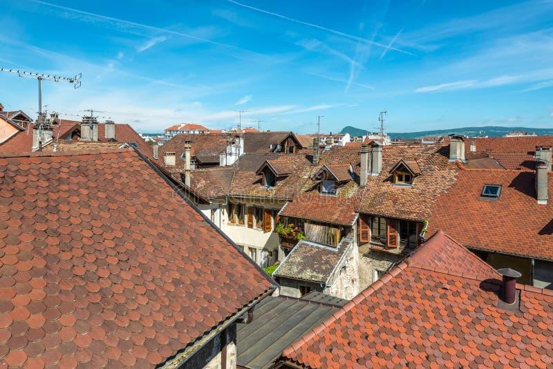 Рассматривающ вне крыши Анси, Франция стоковое изображение
