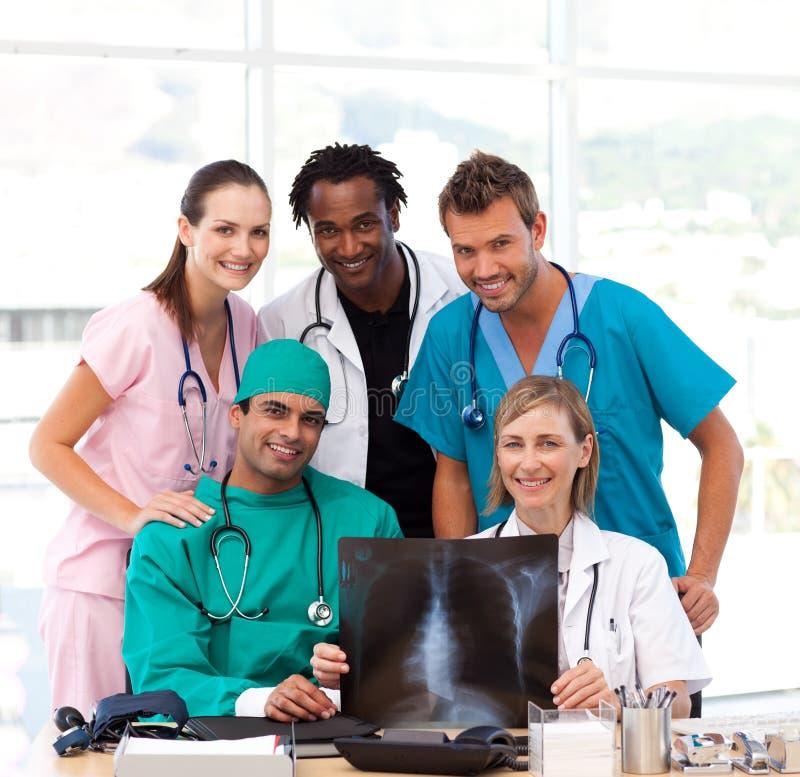 рассматривая команда медицинского луча ся x стоковое изображение