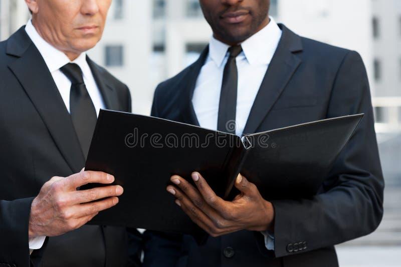 Download Рассматривая документы стоковое фото. изображение насчитывающей консультации - 40584516
