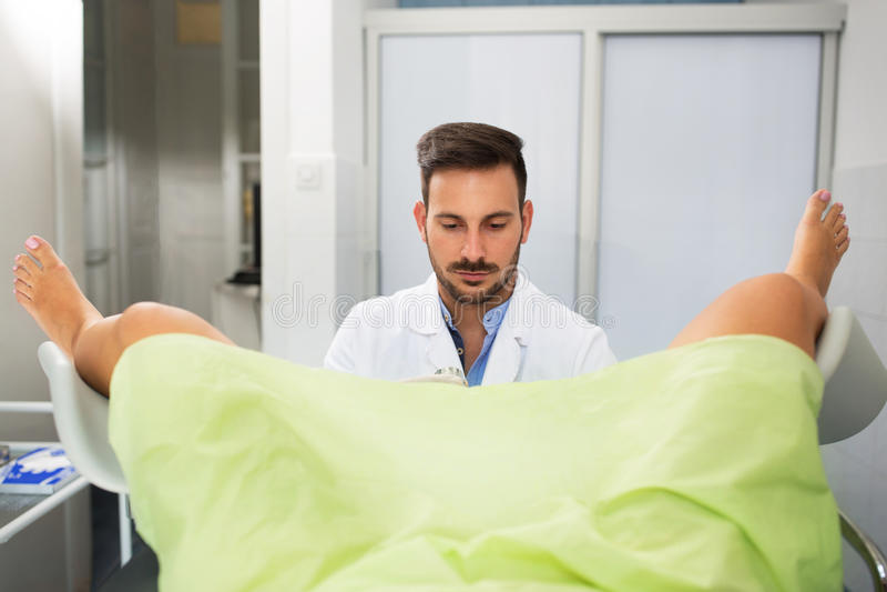 рассматривая пациент gynecologist стоковая фотография rf