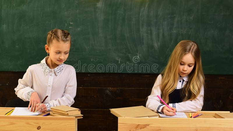 рассмотрение девушки готовы к рассмотрению Подготавливать рассмотрения рассмотрение школы 2 зрачков иметь возможность стоковая фотография