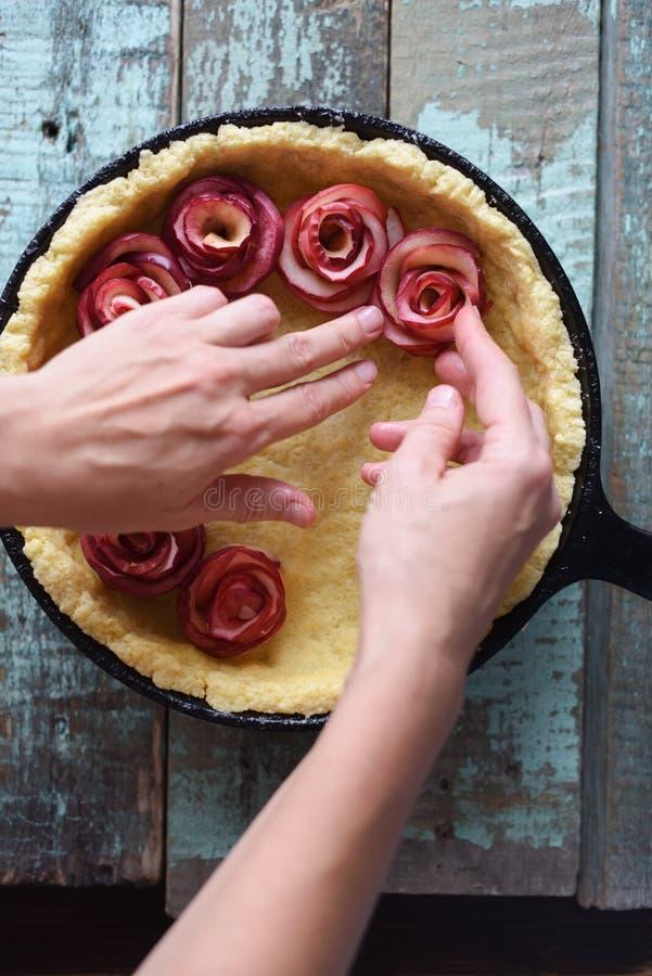 расстегай плодоовощ домодельный Женщина вручает делать розы яблока для пирога в ca стоковое фото rf