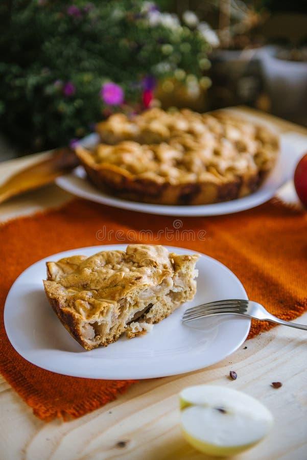 расстегай яблока домодельный Состав осени с яблоками и пирогом Десерт осени стоковые изображения